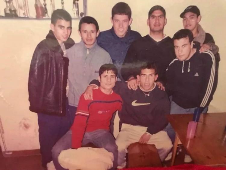 """Les jeunes de Fuerte Apache : Darío """"Cabañas"""" Coronel avec la casquette et Tevez avec le pull Nike"""