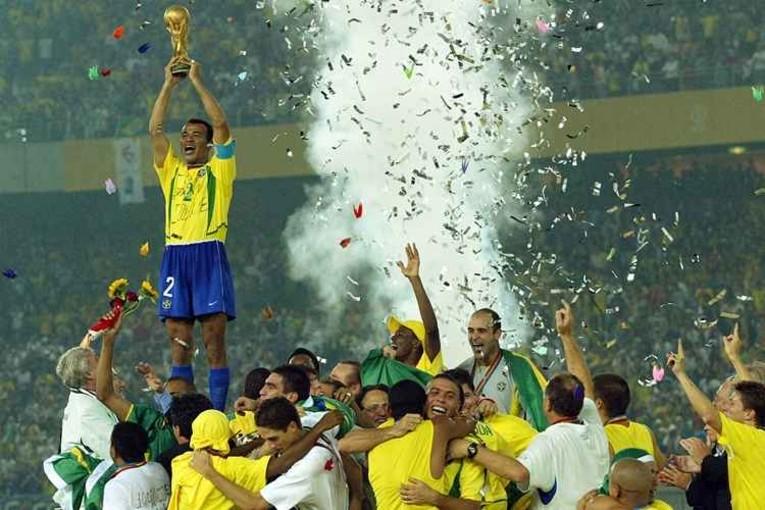 Cafu qui soulève le trophée de champion du Monde 2002 du Brésil