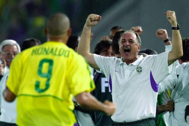 Felipe Scolari qui célèbre un but de Ronaldo pendant la cdm 2002