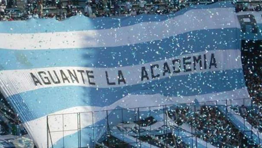 """Les supporters de Racing qui déploient une banderole sur laquelle est écrit """"Aguante La Academia""""."""