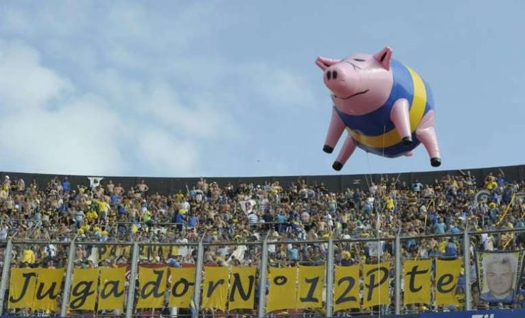 Un grand ballon cochon à l'hélium avec le maillot de Boca déployé lors du superclasico contre River.