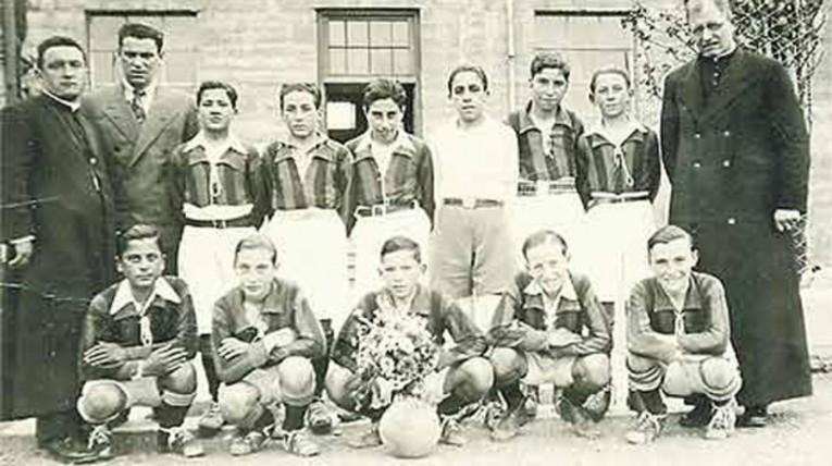 Les jeunes joueurs de San Lorenzo avec le père Lorenzo Massa en haut à droite.