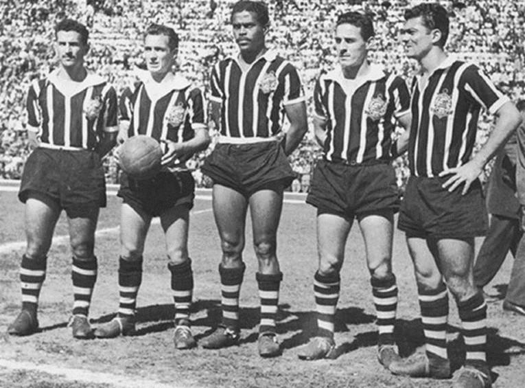 L'attaque mythique du Corinthians qui a inscrit 103 buts en 30 matchs du Championnat Paulista en 1951 : Cláudio, Luizinho, Baltazar, Carbone et Mário.