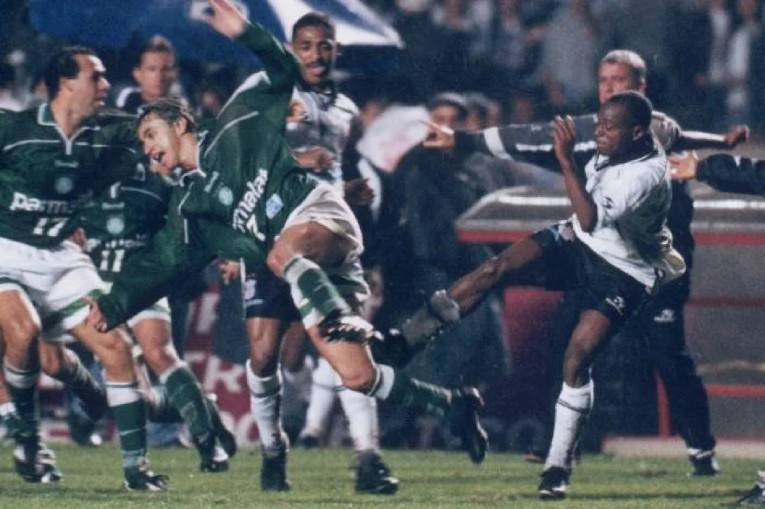 Edílson réplique et frappe Paulo Nunes, lors de la bagarre générale de 1999.