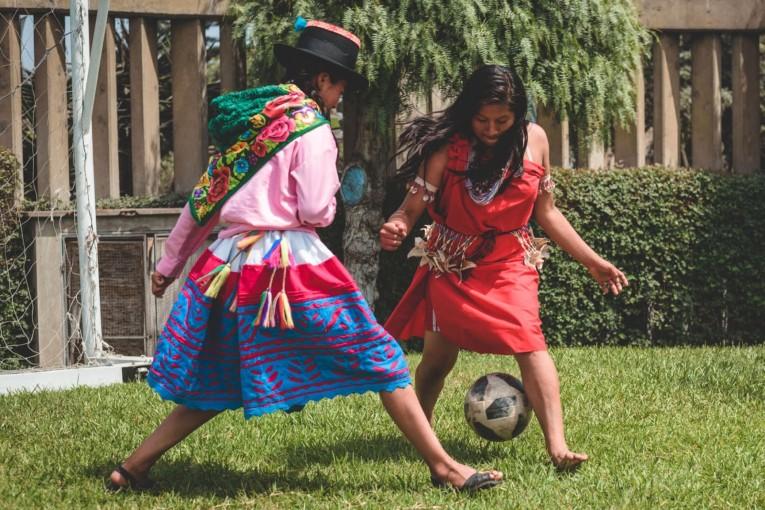 Deux femmes indigènes jouent au football