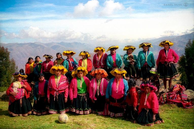 Photo de l'équipe féminine de Churubamba qui pose devant le magnifique paysage des montagnes des Andes.