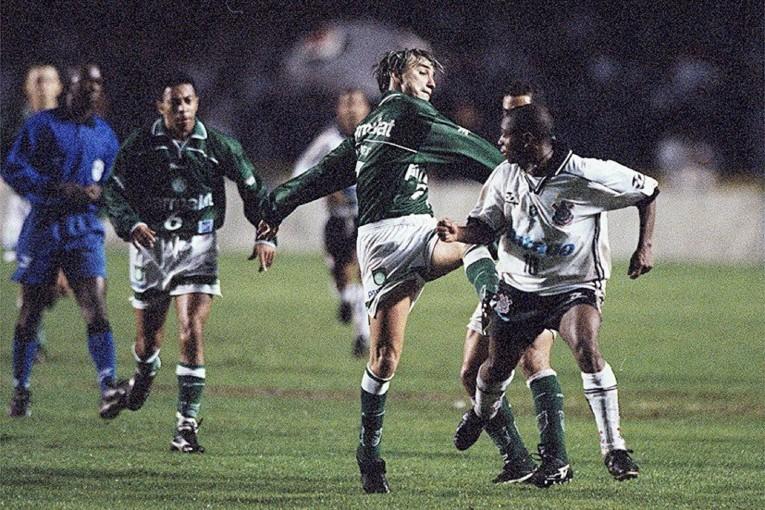 Paulo Nunes fonce en direction d'Edílson après les provocations de l'attaquant du Corinthians.