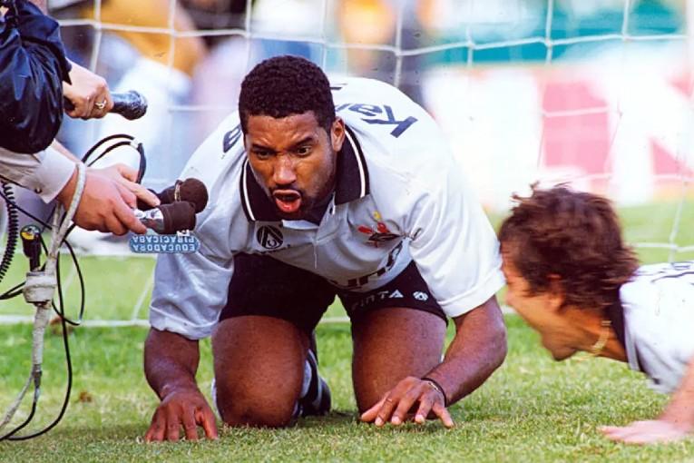 Viola célèbre un but contre Palmeiras en imitant un cochon.