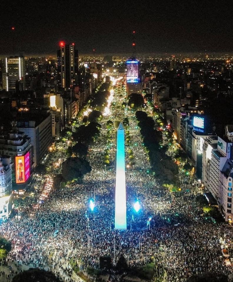 La foule dans les rues de Buenos Aires pour célébrer le titre de la Copa América.